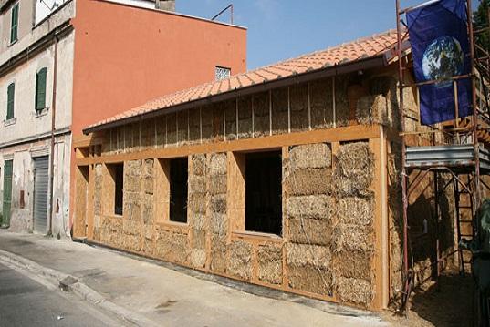 Nasce a Roma la prima casa completamente di paglia